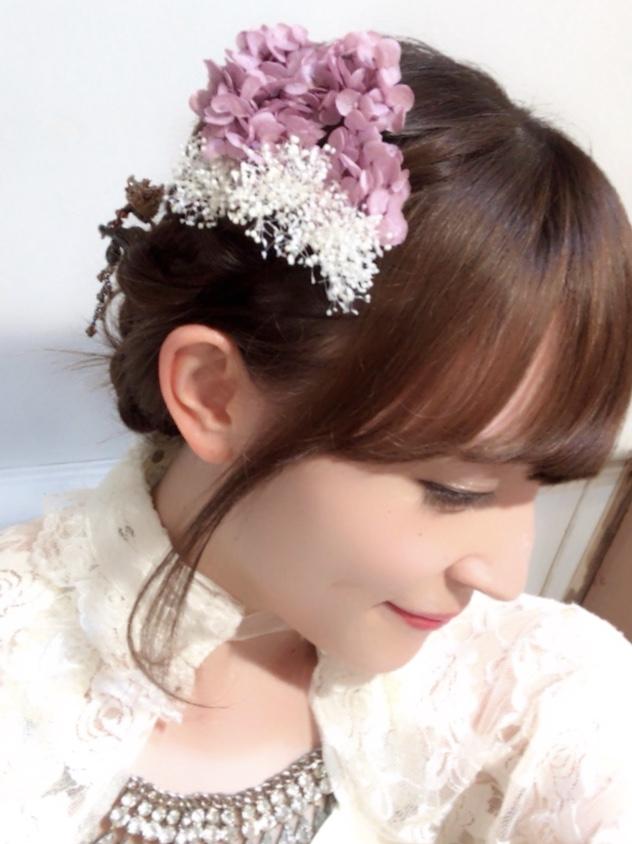 紫陽花の髪飾りをつけるミーウェル2